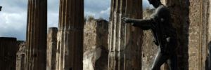 248786_italiya_-pompei_-kolonny_-statuya_-mertvyj-gorod_3872x2592_(www.gdefon.ru)_1391865437